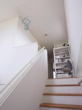階段の途中や踊り場にモビールを吊るせば、ゆらゆらと揺れる動きを楽しめる素敵なインテリアに。踊り場をもう少しおしゃれに見せたいという方や、階段がシンプルで味気ないと感じている方に、ぜひ挑戦してみてほしいテクニックです。