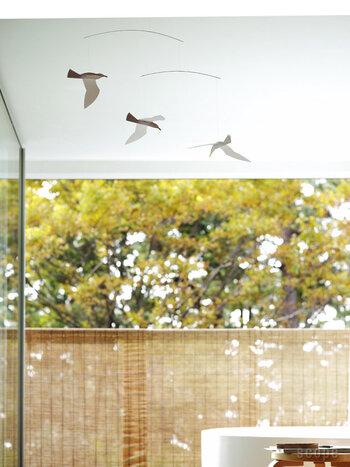 ベランダやバルコニーにテーブルを置いて、外での食事や休憩を楽しんでいるおうちには、モビールを吊るしておしゃれに見せても素敵ですよね。部屋の中でも窓の近くに吊るせば、風を感じる自然な動きを楽しめます。