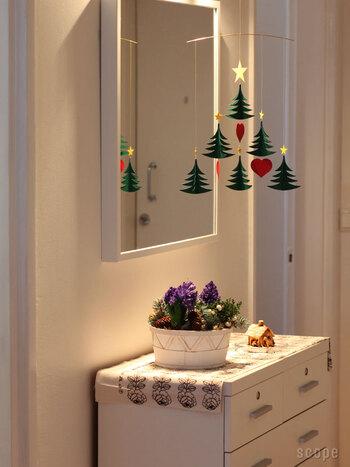 こちらのクリスマスツリーを模したモビールのように、季節のイベントを感じさせるアイテムも。大きなツリーは飾れないというおうちでも、天井から吊るすモビールなら場所を取らずにイベントを楽しむことができます。