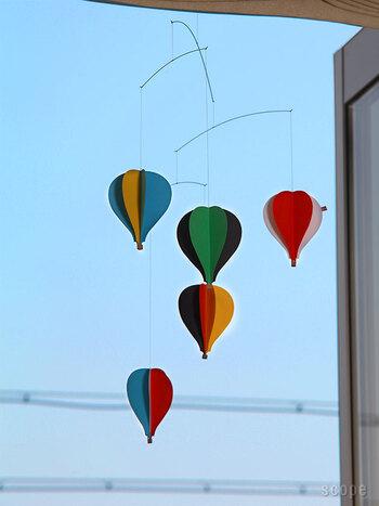 立体的な5つの気球が並んだデザインは、窓辺に飾れば一枚の絵画のような印象に。赤ちゃんのメリー代わりにもなるので、出産祝いにもよく選ばれているアイテムです。