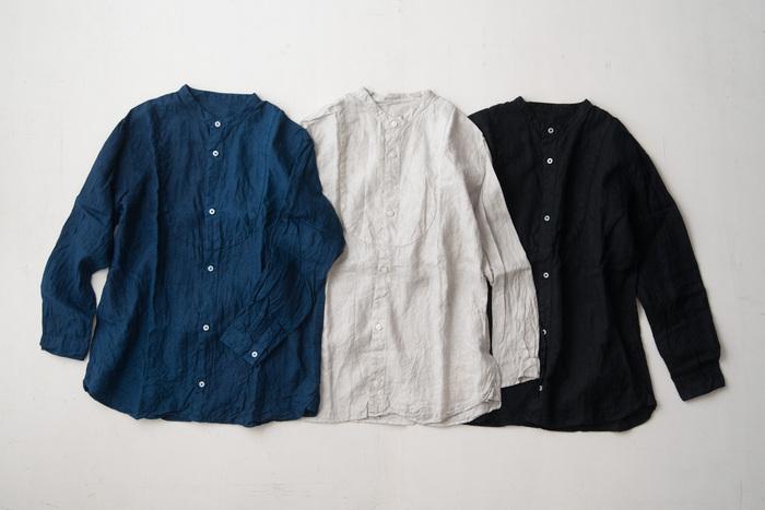 天然染料で染め上げられた経年変化も楽しめるリネンシャツです。胸元を丸く切り替えてあり、ちょっとしたポイントになっています。貝ボタンもさり気なく光沢があって素敵です。