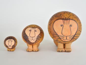 スウェーデンの陶芸家である、「Lisa Larson(リサ・ラーソン)」の陶器製オブジェです。人気の高いライオンデザインは、大中小の3サイズ展開。一つだけで飾るのはもちろん、違うサイズを並べても北欧テイストなインテリアに馴染みます。