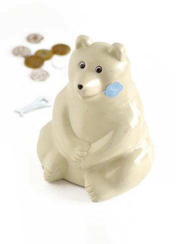 フィンランドのとある銀行が、ノベルティとして配っていたシロクマ貯金箱。北欧インテリア好きの間では高い人気を誇るオブジェで、置くだけで北欧のニュアンスを演出できます。陶器のように見えますがプラスチック製なので、小さい子どもやペットのいるおうちでも気兼ねなく飾ることができますね。