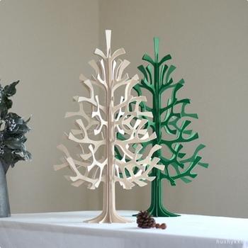 もみの木を模したツリーオブジェは、高さ50cmの程よいサイズ感が特徴。クリスマスツリーとして季節のインテリアに活用するのはもちろん、ナチュラルな飾りをプラスして一年中オブジェとして活用することができます。