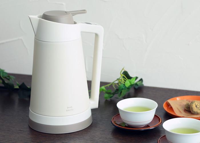 「BRUNO(ブルーノ)」のこのダブルウォールケトルは、どこか懐かしい佇まい。ですが機能は最先端!50・60・80・90℃の温度設定で沸かすことができるので、赤ちゃん用のミルクや、煎茶など、温度調整をしながらお湯を使いたいときに便利です。本体は真空二重構造になっていて、電源を切った後もお湯の温度を保ってくれます。