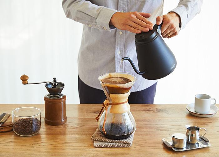 「Vitantonio(ビタントニオ)」の電気ケトルは、コーヒーショップ「ブルーボトルコーヒー」のトップバリスタが監修したという、コーヒーを淹れるために最適のケトルです。50~100℃を1℃単位で設定できる機能や、ケトルを本体に戻すと再加熱と保温をする「バリスタモード」、前回使用時の温度を記憶してお湯を沸かす「メモリー機能」など、使いやすさを兼ね備えています。