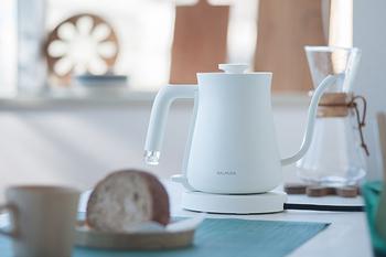 トースターが人気の「BALMUDA(バルミューダ)」は、電気ケトルも洗練されたデザインが素敵。ハンドドリップコーヒーを淹れるのに適した細口になっているので、お湯を沸かしてそのままコーヒーを淹れるのに便利です。もちろん、コーヒーを淹れる以外でも、注ぎが調整できる細口は活躍してくれますよ。