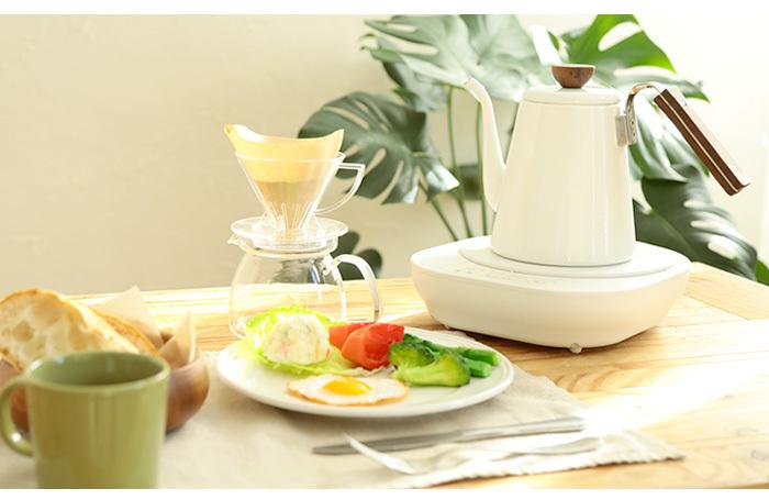 ひとり暮らしさんの小さなキッチンスペースなど、「電気ケトルは欲しいけど、そのための場所がない」という方には、IHヒーターとケトルのセットになっているものがおすすめ。普段はケトルを置いて、料理のときはIHヒーターで調理もできるので便利です。ケトルは、コーヒー器具が人気の「HARIO(ハリオ)」製。シンプルなデザインで、コーヒータイムも充実しそうです。