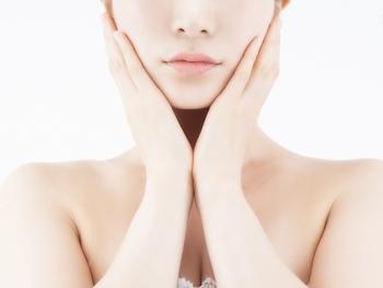 日焼け後はとにかく冷やすことが肝心。美白化粧品は、赤みやヒリヒリ感が引いて炎症がおさまった状態になってから使用しましょう。