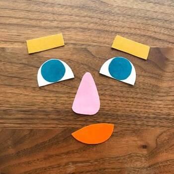 郵便受けによく入っている、マグネット広告を使ったおもちゃ。冷蔵庫など、マグネットがくっつく場所に貼って遊びましょう!