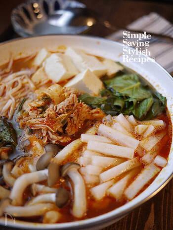 ガツン!とボリュームのあるキムチ鍋にも、豚肉ともやしは相性ばっちり。こちらのレシピでは、キムチと麺つゆなどの調味料で簡単に鍋つゆを作れるようになっています。思い立ったらすぐ作れるのがいいですね。