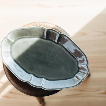 横長の【オーバルタイプ】は、ダイニングテーブルでスペースを取らないので、家族で使うのにぴったり。  サンドイッチとサラダを並べたりと、ちょっとしたランチプレートを作るのにも活躍しそう。  阿部さんの器特有の柔らかなフォルムと、艶のある素材感・色合いが、いつもの食卓を上品に演出してくれます。
