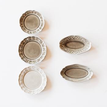 色んな形で、小さな【豆皿】も作られています。デザインも様々なので、お気に入りを一つに絞れず、複数お持ち帰りしてしまう人が続出なのだそう。  小さくても、ひとつひとつ丁寧に施されたレリーフが、優しくて上品な風合いを引き立てます。ちょっとした副菜やお菓子など、盛り付けるだけで雰囲気が出ますね。