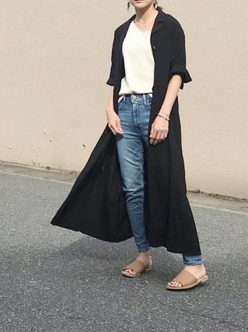 白トップスとデニムのいつものスタイルに、シャツワンピースを合わせるだけで一気におしゃれな着こなしに。羽織るだけの頑張りすぎないスタイルは、どこか抜け感があり大人の余裕を感じます。