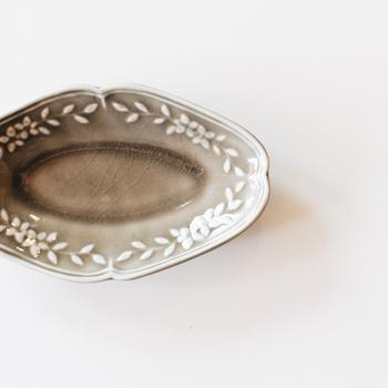 こちらは小さな豆皿になりますが、同じオーバル型で揃えても可愛らしいですよね。  どんな料理を盛り付けようかな・・・と思いを巡らせるのも、阿部さんの器の楽しみ方のひとつです。