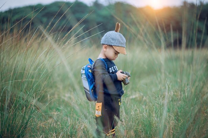 家族で出かけるときなどは、自分以外のバッグにスマホを入れてもらうのも◎。 特に、お子さんがいるなら、子どもに預けてしまいましょう。  わざわざSNS見たさに、我が子に「スマホちょうだい!」とは、さすがに親として言いにくいのでは・・・??