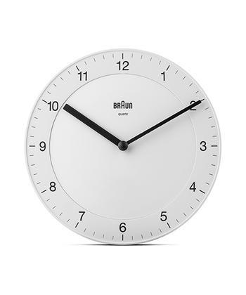 そのBRAUNが掛け時計を作ると、こんなにスタイリッシュに。フレームやガラスのない一体型デザインが新鮮です。ただ見た目が美しいだけでなく、壁に掛けたまま時間調整ができるという機能性も兼ね備えているんですよ。
