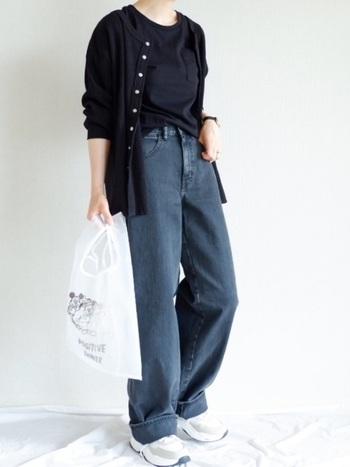 タンクトップに同色のカーディガンを合わせた着こなしは、暑さ寒さにも対応できる上、アンサンブル風で統一感が出ます。ボトムスは、スカートでもパンツでも応用自在です。