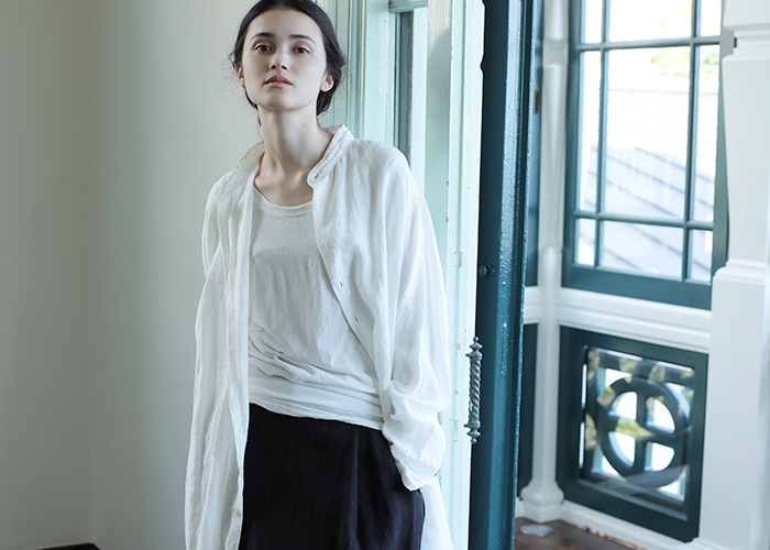 ホワイトのリネンシャツは、どんなコーデでも選ぶことなく大人ナチュラルなコーデを演出してくれます。爽やかで柔らかな印象になれるので、一枚はワードローブに持っておきたい定番アイテムです。