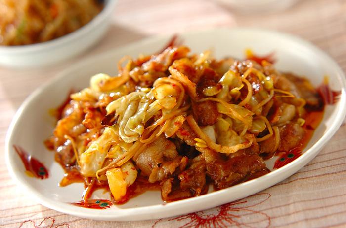 こちらはメインのお料理になりそうな回鍋肉(ホイコーロー)。豆もやしを入れてボリュームたっぷり、食べ応えも満点です。あらかじめ調味料を混ぜておいて、炒めるときにあわせるので調理も簡単。甘辛のタレに、豚バラ肉のコク、もやしの歯ごたえで、ご飯も進みそうです。