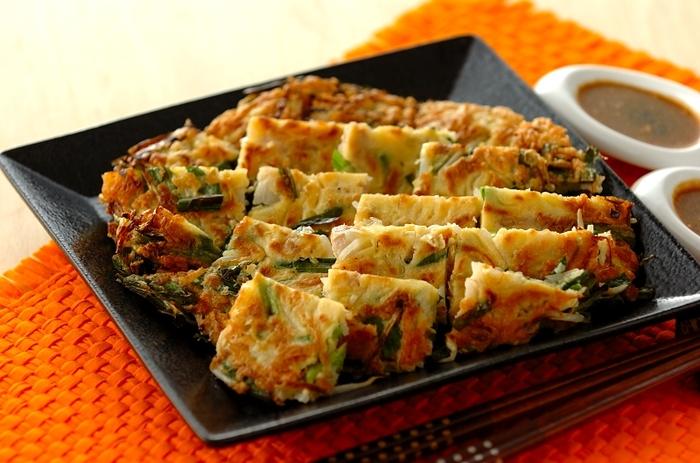 こちらは韓国料理の「チヂミ」に豚バラともやしを入れて。もやしが入ることでかさ増しになり、ボリュームアップ&お野菜もたくさん摂れる嬉しい献立です。暑い時期、ビールにも合いそう!