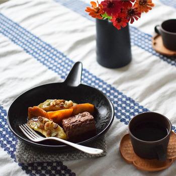 ひとりぶんのサイズがちょうどよく、直火・オーブン・電子レンジに対応可能です。持ち手も付いて使いやすく、熱々をそのままテーブルにサーブできるので、お料理をする熱もあがりそう♪画像のように、ブラウニーとフルーツを温めていただけば、ちょっとしたおうちカフェが楽しめちゃいます。