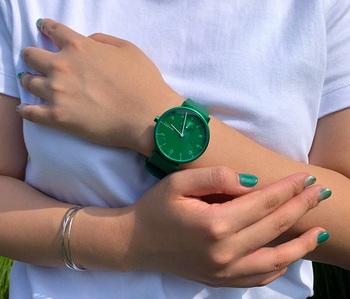 幻想的なオーロラを思わせるグリーンは、遊び心がありつつも知的な印象を与えてくれます。オフの日のTシャツやデニムにはもちろん、かっちりスタイルのアクセントにもなるので、幅広いファッションが楽しめるはず。