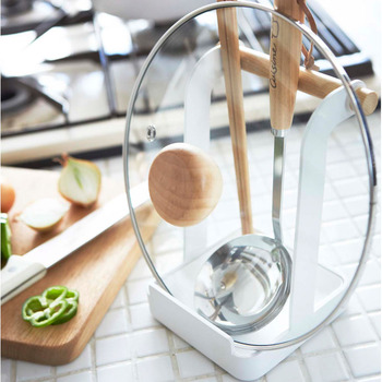 ひとり暮らしのキッチンって、コンロが一口だったり洗い場が狭かったり、何かとスペースに困りますよね。調理中に、一旦使わなくなって洗い場に落としてしまいがちな菜箸やおたま、お鍋の蓋など、「お玉&鍋ふたスタンド」に置いてみませんか。省スペースに一時置きができて便利です。