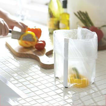 調理中に困るもののひとつに、出てくる生ゴミの処理があります。こちらの「ポリ袋エコホルダー」がおすすめです。スタンドにゴミ袋をかぶせれば、置き場所を自由にゴミをポイっと捨てられます。