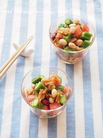 便秘はもちろん美肌にも期待できる夏にピッタリな「おくらトマトのなめ茸和え」。ミックスビーンズは色んな豆を摂ることができ食物繊維も豊富で優秀な食材です。トマトを入れることで美肌効果も期待できますよ。