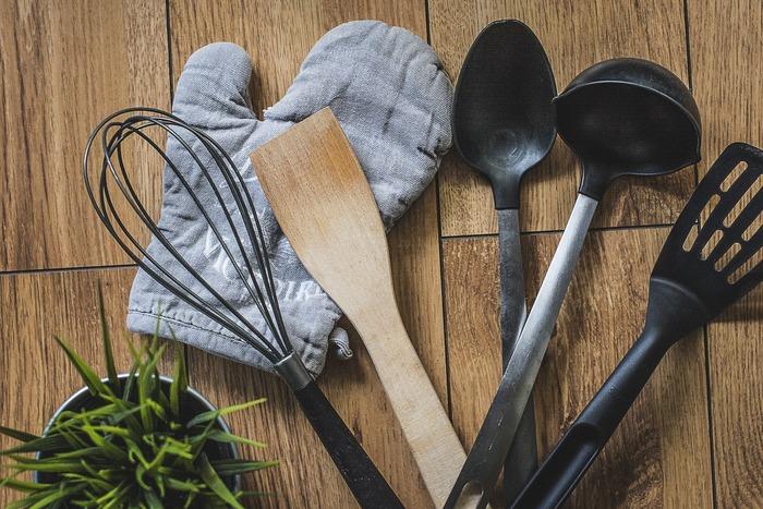 ひとり暮らしだと、健康や節約のことなど考えて自炊がいいと思いながらも、自分のためだけに料理をするのが少し億劫になるときがあると思います。そんなとき、使う調理器具におしゃれなものや便利なものを揃えてみると、料理が楽しくなりそうな気がしますよね。ひとり暮らしにちょうどいい、便利な調理アイテムを手に入れて、ぜひ毎日の自炊を楽しんでみてください。