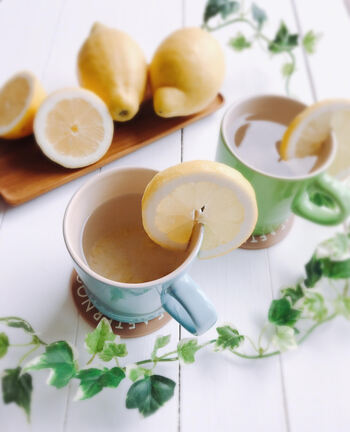 レモンの香りでリラックス効果も期待できる「ホットレモン」。レモンは腸の動きを活発化させると言われているので、白湯と混ぜて飲むことで冷え予防も期待できます。