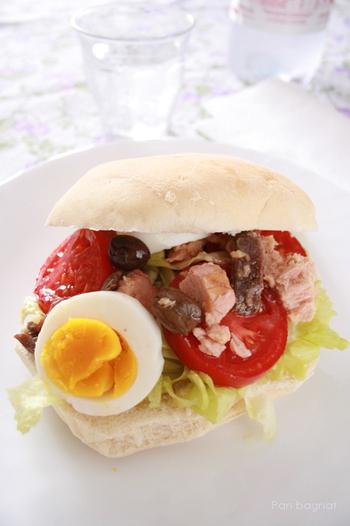 隣国スペインの『パン・コン・トマテ』とよく似た食べ方。トマトの汁でパンを湿らせ、具材を挟んで頂きます。