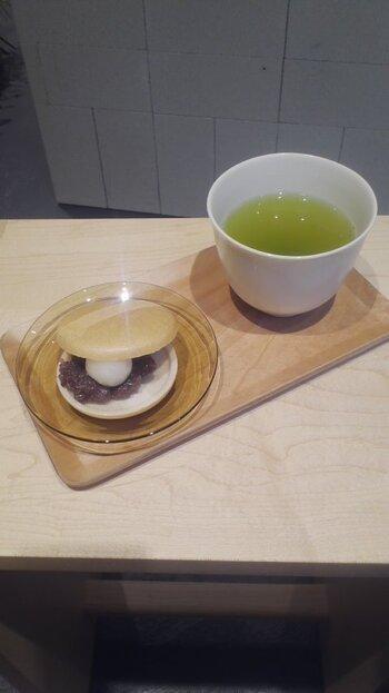 """店内に入ると、茶葉が並べられた販売スペースとイートインスペースが設けられています。""""茶葉の個性をいかすこと""""というルールのもとに作られた最高級の日本茶で、まろやかな味を堪能できます。"""