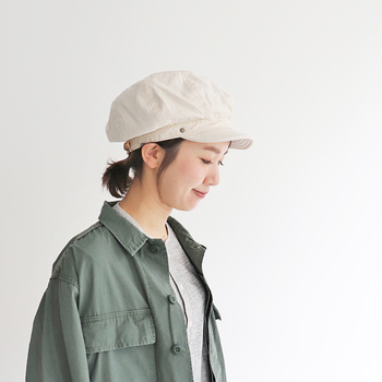 2003年に立ち上げられた、岡山県倉敷市を拠点とする小さな帽子工場「DECHO(デコー)」は、経年変化する帽子をコンセプトにしているブランド。こちらのキャップはふっくらとしたシルエットが特徴的で、後ろに重心を置くとキャスケット風に、ふくらみを倒すとハンチング風にと、被り方のバリエーションを楽しめるアイテムになっています。