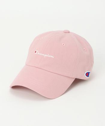 「Champion(チャンピオン)」のロゴを施した、柔らかな風合いが魅力のキャップ。全5色展開でピンクのほかにもオレンジやベージュなど、女性らしい印象を与えるカラーが揃っています。