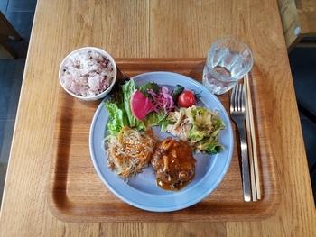 こちらは「ランチプレート」。好きなお惣菜を3品、または4品から選べます。野菜がたくさん取れる栄養満点のプレートです。デザートも季節のタルトをはじめとして様々な種類があるので、ランチを軽めにしてデザートまで頂くのがおすすめです。