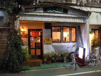 武蔵境駅北口から5分のところにある「オズの魔法使」。レトロな看板の扉に値段別のメニューがぶら下がっているのが目印。店内は広々しいて昭和レトロな佇まいにカウンター席とテーブル席があります。