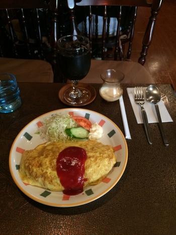 薄焼き卵にハム、ピーマン、タマネギとケチャップライスがたっぷりはいったオムライスはボリューム満点。マスターがサイフォンで淹れてくれる珈琲も美味しいですよ。