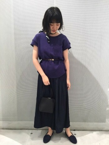 フレアスカートのようなシルエットが魅力のイージーパンツ。サテン素材なので、カジュアルになりすぎず上品に着こなすことができますよ。
