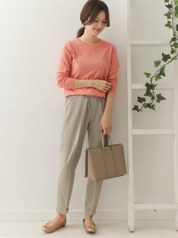かわいらしいピンクに、ベージュのイージーパンツを合わせて優しい印象のコーデに。パンツのシルエットが細いので、ラフになりすぎず、きれいめに着こなせます。