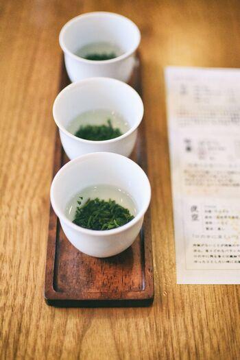 このお店には日本茶のソムリエがいるため、初めて訪問しても丁寧に説明してもらえます。画像は飲み比べセットで、茶葉それぞれの香りを楽しんでからお湯を注いで…と楽しみ方を目の前で教わりながら嗜むことができますよ。