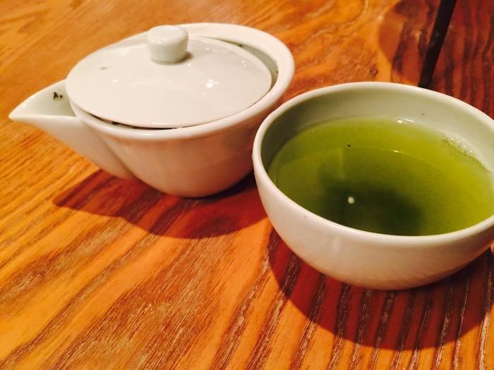 """このお店は、""""現代の日本のティーサロン""""をコンセプトにさまざまな種類のお茶を楽しむことができます。煎茶や番茶、抹茶、玉露などの数十種類の日本茶をはじめ、旬のハーブや果物を使ったブレンドティーなど、注文するときに悩んでしまいそう。さらに、お酒も置いているのが特徴です。さすが銀座に構えるティーサロンですね。"""