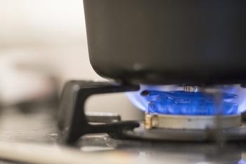 調理中の瓶の置き場所にも注意したいですね。火が付いている時はコンロ周りもかなり高温になっているので、瓶が熱で熱せられないように、置き場所には気を付けるようにしましょう。