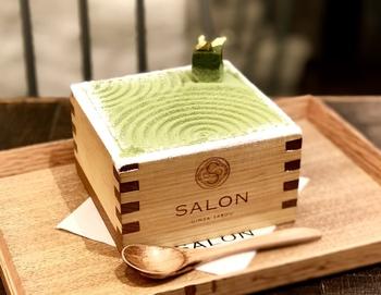 ここでは、奈良県月ヶ瀬「ティーファーム井ノ倉」のお茶とともに、かき氷などのさまざまな甘味を楽しむことができます。とは言っても、やっぱり欠かせないのがこの「茶房パフェ」。大きな升の中に、抹茶のアイスやマスカルポーネチーズ、白玉などの和の甘味、チョコなどが入っています。味もサイズも大満足の一品です。