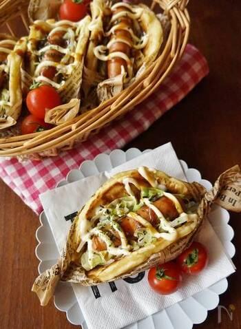 小さめに焼いたお好み焼きで野菜とウインナーを包んで。手のひらサイズだから、かぶりつくのに丁度いい大きさです。