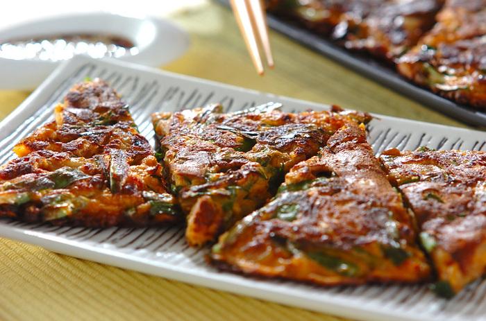納豆とキムチの発酵食品をふんだんに使った、ヘルシーピリ辛チヂミ。 お好み焼きに白玉粉を加えて、もちもち食感をアップ!