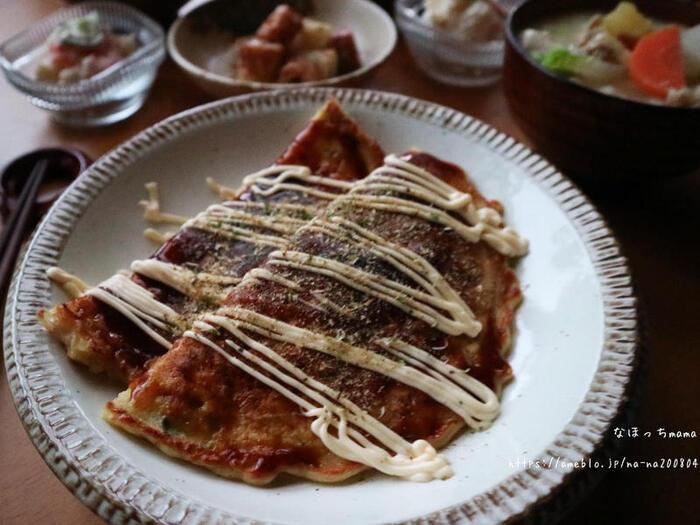 浜松のソウルフードと言われている「遠州焼き」。たくあんのシャキシャキとした食感が楽しく、クセになる味です。