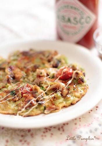 生地は薄目に焼いてピザっぽく。生地とソースにタバスコを入れて、ピリ辛風味を演出。