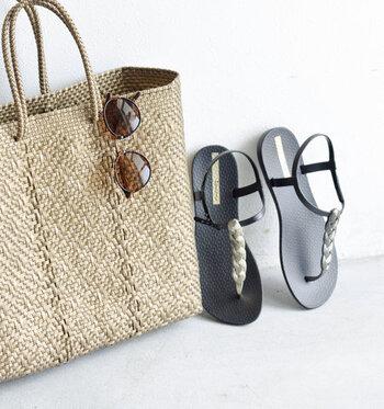 旅先でもおしゃれをしたいけれど、靴を何足も持っていくのは大変ですよね。リゾートに行くなら、ビーチやプールではもちろん、街履きにも使える綺麗めのビーチサンダルに注目してみましょう。  画像はブラジルの人気サンダルブランド「Ipanema(イパネマ)」のサンダルです。モダンなデザインは、お出かけ用にもぴったり。